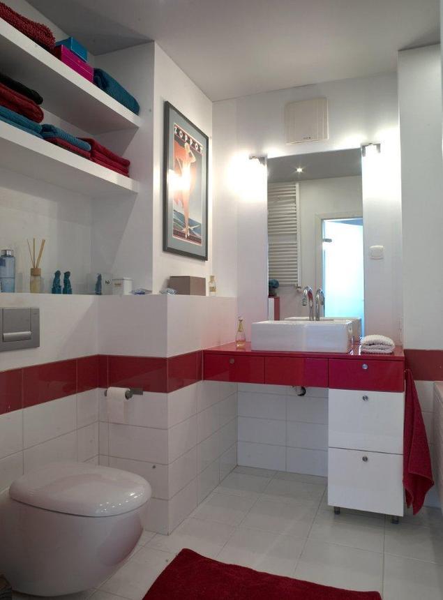 Nowoczesna łazienka. Biało-czerwone meble łazienkowe