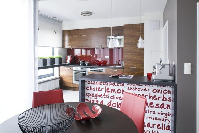 Aranżacje kuchni z salonem. Meble kuchenne w czerwieni