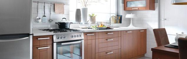 Aranżacja kuchni. Meble kuchenne o naturalnym wybarwieniu