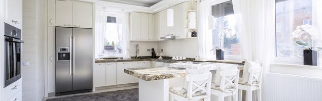 Blat granitowy w białej kuchni
